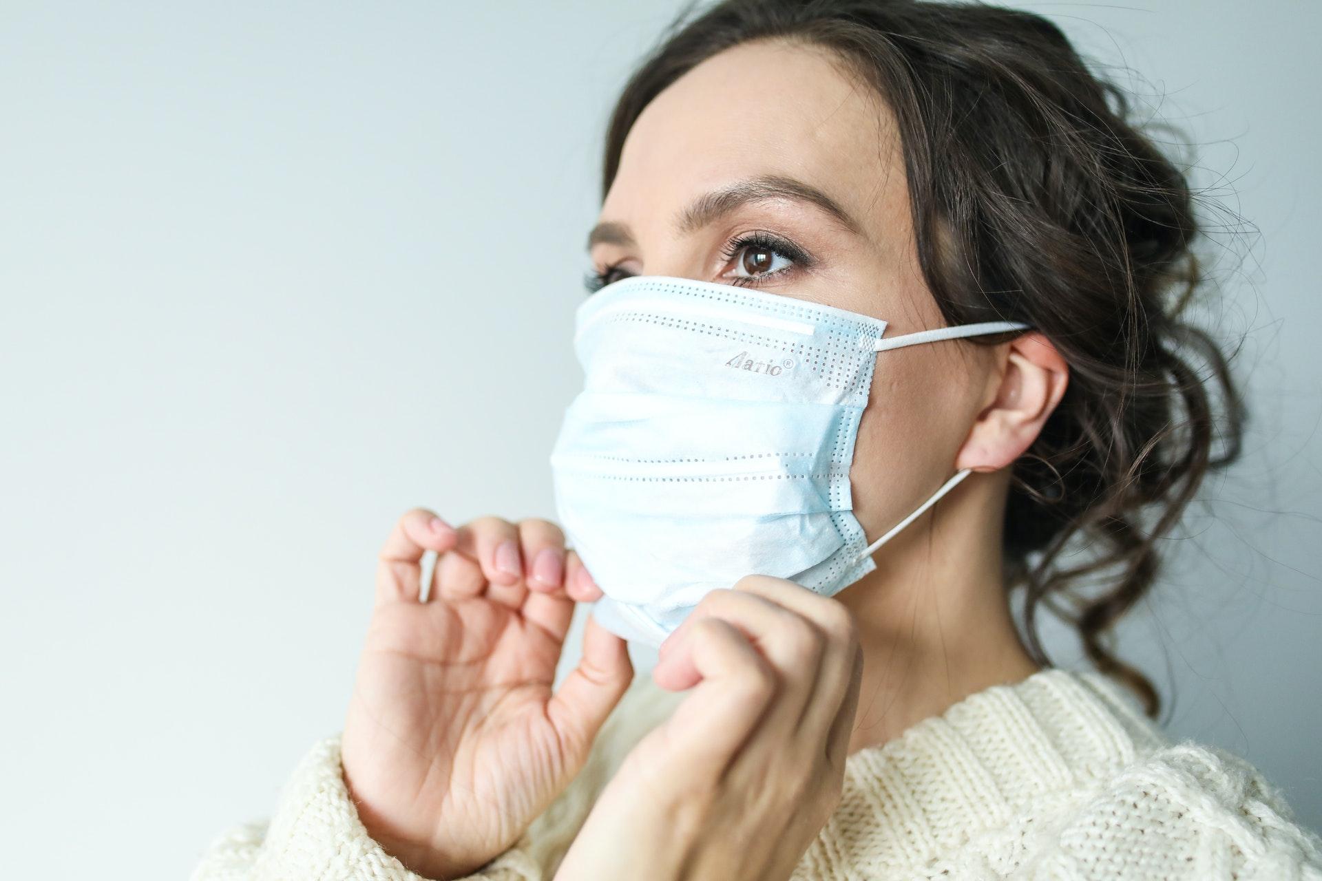Een gezichtsmasker dragen